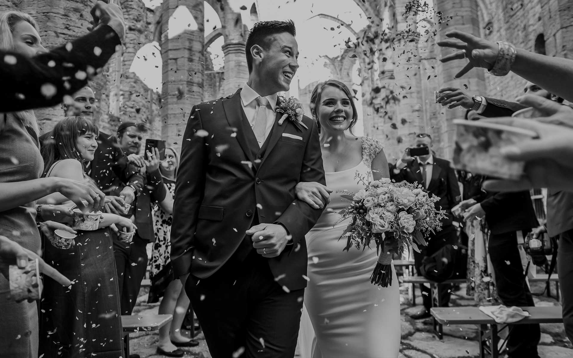 photography-modern-wedding-reportage-photography-confetti-moment
